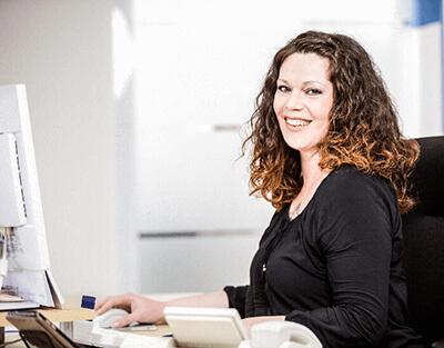 Annika Primoschitsch am Arbeitsplatz